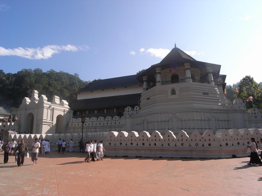 仏歯寺を正面から